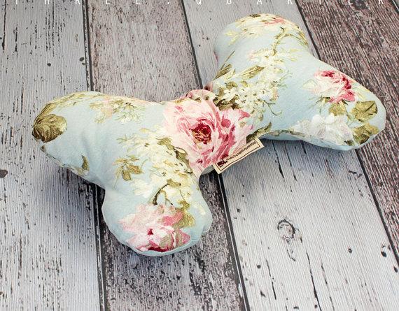 Almohada para perro con forma de hueso y rosas
