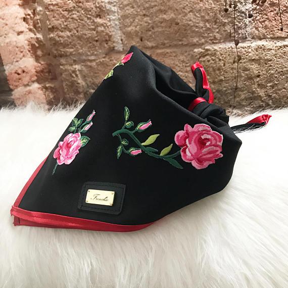 Bandana para perro con flores tejidas