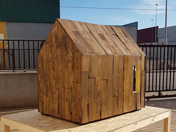Caseta de madera para perros con aislamiento térmico