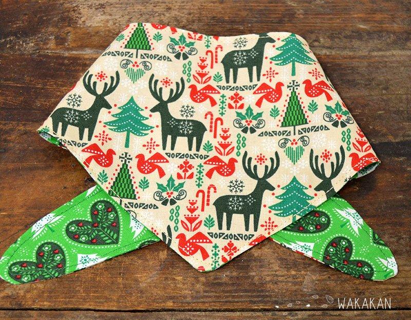 Bandana para perro reversible verde con motivos de renos y árboles navideños