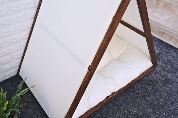 Caseta de madera estilo tipi para perros